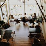 A partir de segunda-feira restaurantes podem ter a lotação máxima, mas só com acrílicos entre mesas